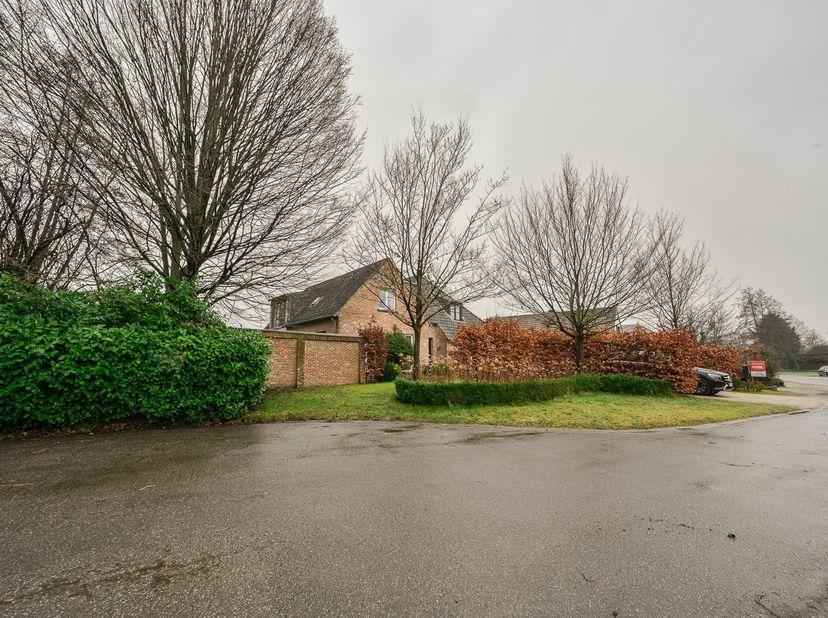 Zeer rustig gelegen woning met tuin met ruim zicht en naastgelegen bouwgrond in doodlopende straat ten kadaster gekend sectie A, nummers 67D P0000 en