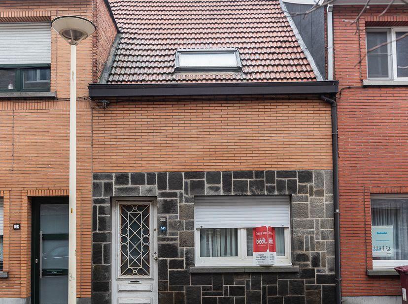 Op te frissen woning gelegen in het centrum van Schoten nabij alle voorzieningen met een goede bereikbaarheid. <br /> De woning is op het gelijkvloer