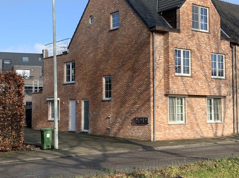 Recent instapklaar appartement van ca. 95m² met terras (12m2) en 2 autostaanplaatsen (waarvan 1 onder carport) en gemeenschappelijke fietsenberging. G