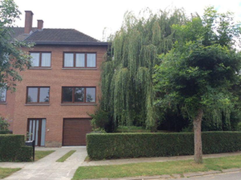 In residentiële en groene omgeving, dicht bij de NAVO, UCL, RTBF, EU, luchthaven,<br /> mooi huis met tuin en garage met grote hal, toilet, keuken, wo