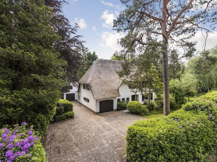 Kwaliteitsvolle Villa met poolhouse in Koningshof.<br /> Indeling:<br /> Via de  stijlvolle inkomhal kom je in de  lichtrijke leefruimte terecht met e