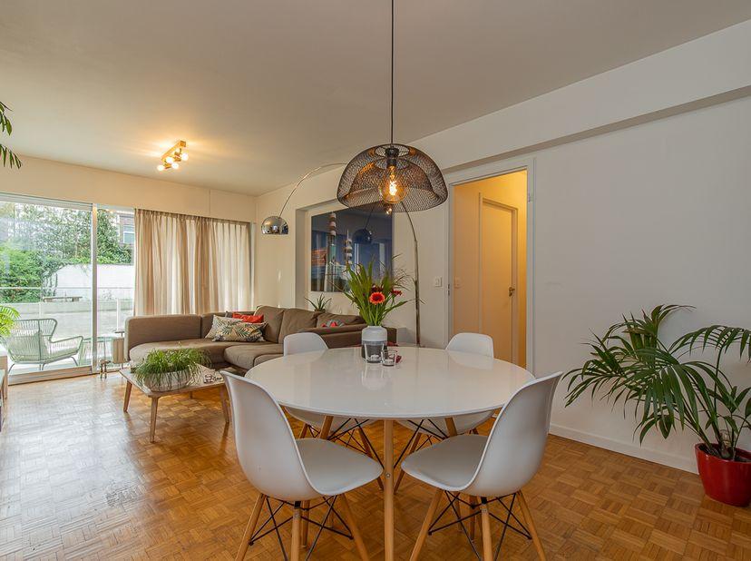 Dit charmante appartement bevindt zich op de gelijkvloerse verdieping aan de achterzijde van Residentie De Schelde. U komt binnen in een ruime inkomha