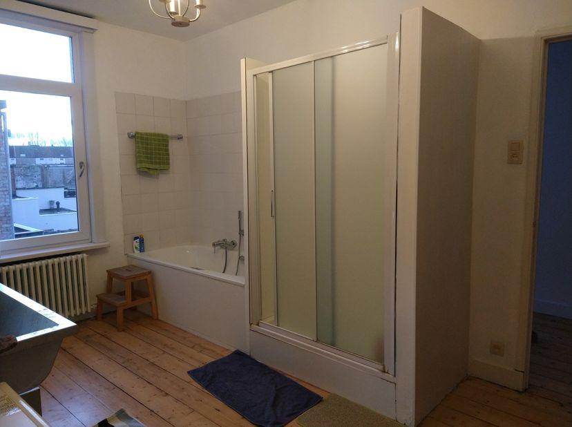 Prachtige lichtrijke studio op 2e verdieping:<br /> <br /> 1 leef-/eetkamer met nieuwe keuken<br /> 1 slaapkamer<br /> Gedeelde badkamer met huiseigen