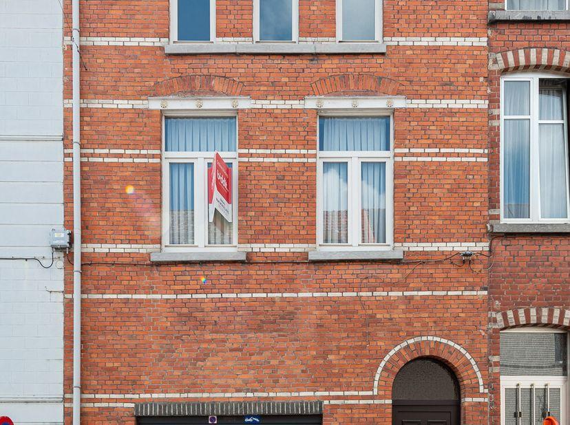 De woning met charmante gevel is uitstekend gelegen te Gentbrugge vlakbij het openbaar vervoer, alle invalswegen, scholen, speelplein en winkels. Op f