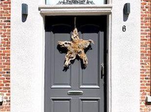 Benieuwt wat er zich achter deze statige inkomdeur bevindt? Een stijlvol gerenoveerd herenhuis van +/- 1830 dat op de lijst van cultureel erfgoed staa