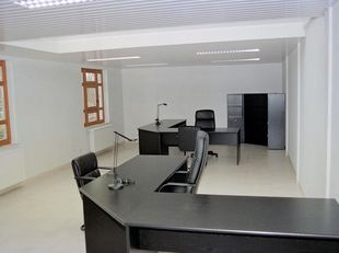 Ruim kantoor in onberispelijke staat op eerste verdieping in mooi kantorencomplex (13 units, 2 verdiepingen) in randgemeente van Leuven. Bushalte vlak