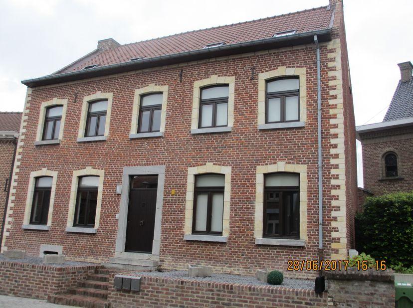 Heel mooi duplex app in de pas vernieuwde pastorie pastorie van Piringen. Het gebouw bevat 3 app met fiestsenstall. Op de 1e verd. is de woonk en voll