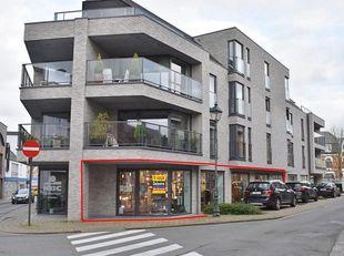 Modern handelsgelijkvloers of kantoor te huur, gelegen op een mooi zichtbare hoeklocatie in het centrum van Lede. Extra troeven zijn de grote etalage