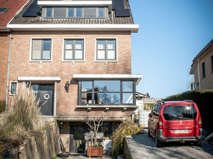 Deze ruime en karaktervolle half-open gezinswoning dateert van de jaren 60 en werd de afgelopen jaren gerenoveerd. De woning is rustig gelegen maar be
