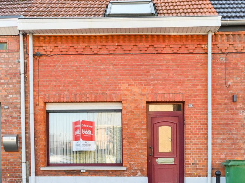 Te renoveren woning in het centrum, gelegen in een doodlopende straat.  <br /> Indeling: - Kelder - Gelijkvloers: inkomhal, woonkamer, keuken, bergrui
