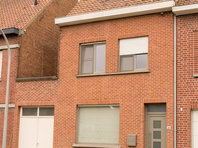 In het mooie Heule staat deze gerenoveerde gezinswoning met 4 slaapkamers te koop.<br /> <br /> Het gelijkvloers bestaat uit een ruime inkomhal, een l
