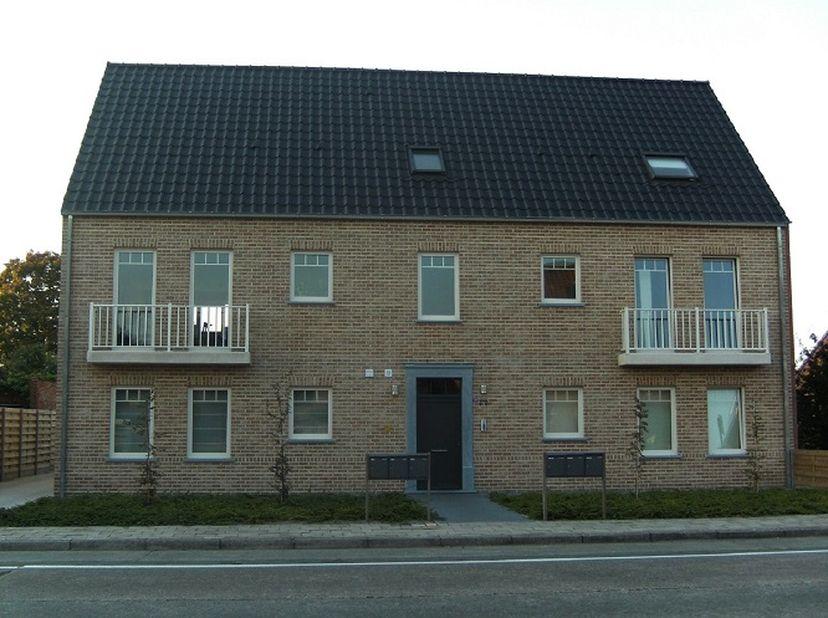 Duplex appartement met dakterras en garage. Beschikt over inkomhal met wc, living met open keuken en bergruimte, trap, 2 slaapkamers en een (bureel of