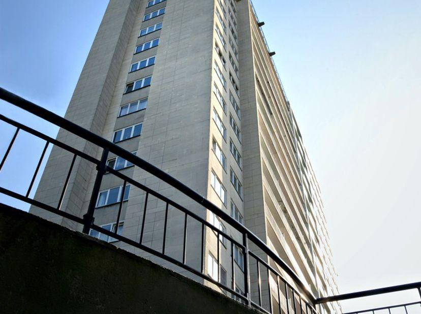Appartement op de 7e verdieping met keuken, living/eetplaats, 1 slaapkamer, badkamer en apart toilet. Aparte meters, aparte kelder en gezamelijke fiet