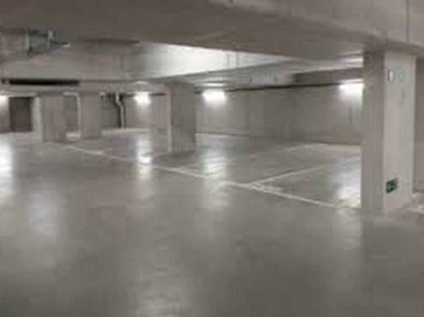 Place de parking souterrain à louer dans le quartier européen à Bruxelles.<br /> Chaussée d'Etterbeek 43, près de Schuman et du Parlement européen.<br