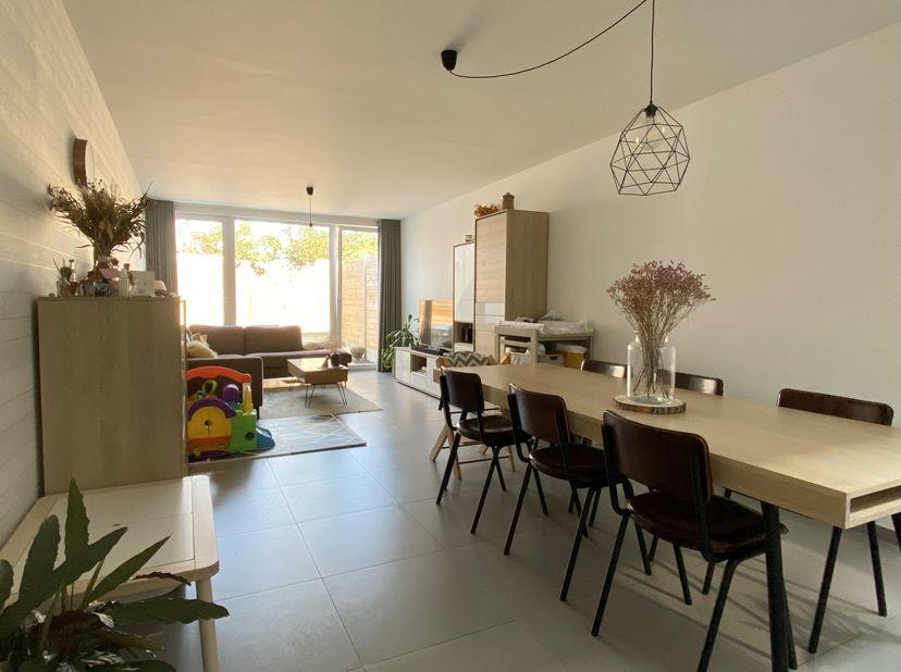 Moderne, instapklare patio woning te koop in Kortrijk, nabij belangrijke invalswegen en ook dichtbij het centrum en winkels.<br /> Op het gelijkvloers