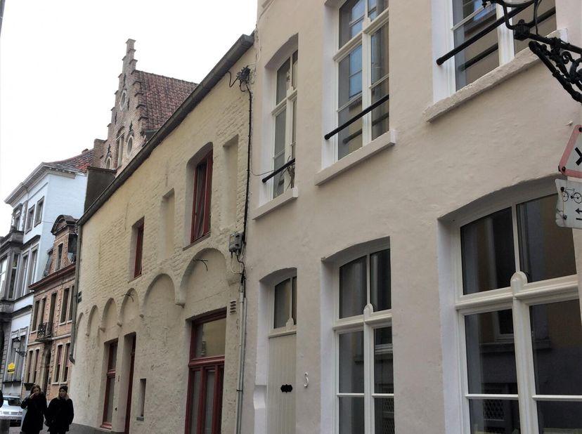 Charmante stadswoning, bijzonder rustig gelegen in het historische centrum van Brugge. Volledig gemeubeld en instapklaar. Met veel zorg en oog voor de