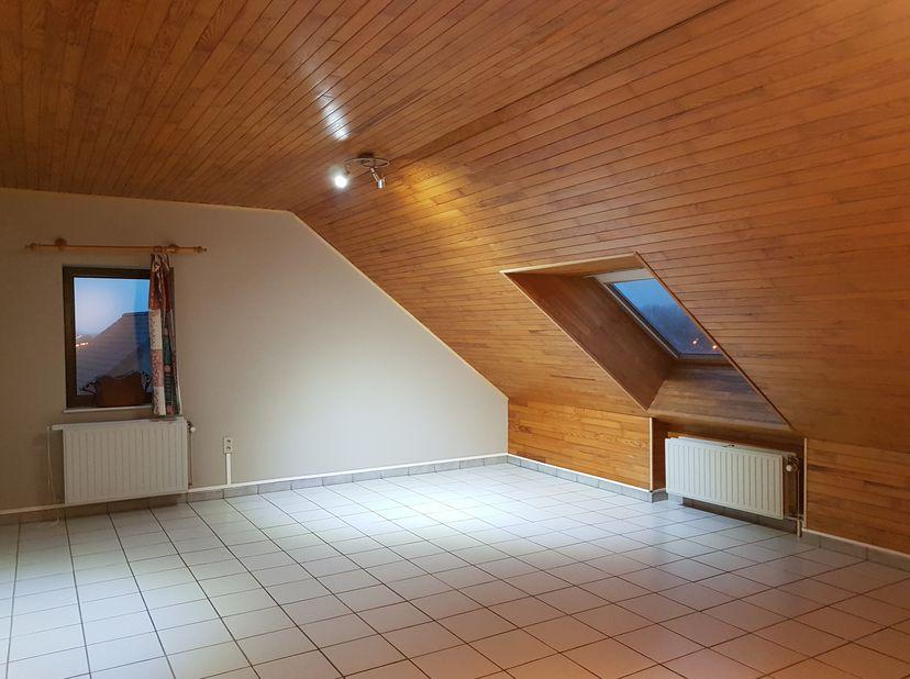 Appartement très spacieux avec un grand salon, une cuisine et deux chambres.<br /> <br /> Appartement de 2 chambres situé au centre. Cet appartement e