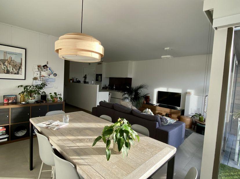 Lichtrijk ruim appartement met twee slaapkamers, terras, berging en garage. Uitstekende ligging, op wandelafstand van de Smedepoort, nabij de Expreswe