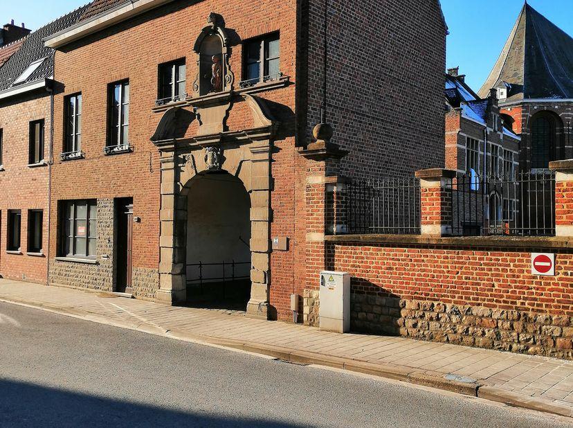 Deze historische woning is de poortwoning van het Cabbeekklooster. Opgenomen in de inventaris onroerend erfgoed sinds 14/09/2009, ID: 42845. Het recht