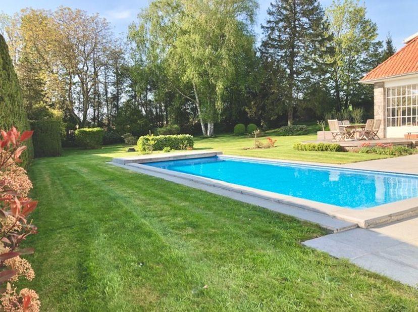 Magnifique villa 5ch, piscine et wellness sur 29 ares au calme à 2 Kms des boulevards, en retrait de la ville.<br /> Beau jardin planté d'arbres cinqu