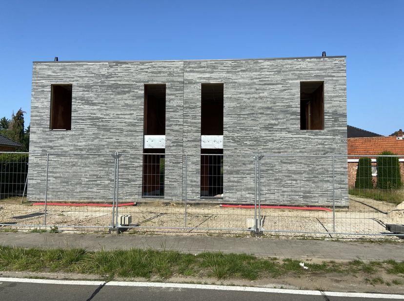 Moderne nieuwbouwwoning met gelijmde gevelsteen, gezet in eigen beheer, waar kwaliteit primeert. Deze woningen staan te koop als casco+, maar kunnen o