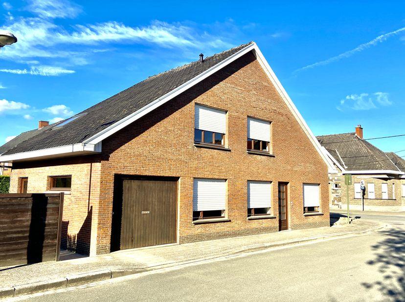 Mooi gelegen alleenstaande woning, dicht bij het centrum van Moorslede. Bestaande uit:<br /> Op gelijkvloers: inkom, keuken, living, toilet, slaapkame