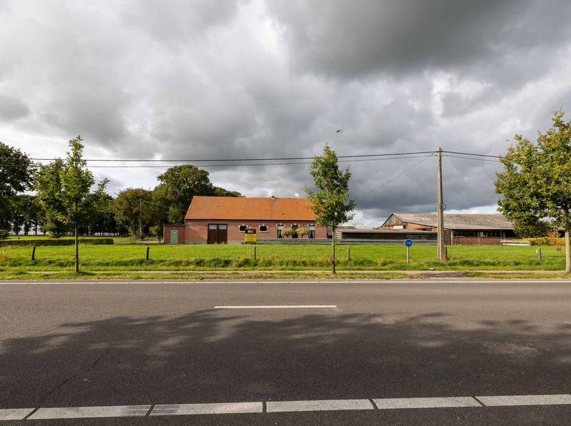 Een langgevelhoeve met een gevelbreedte van 22 meter met tal van bijgebouwen op en met aanpalend weiland met een totale oppervlakte van 1ha 70a 23ca m