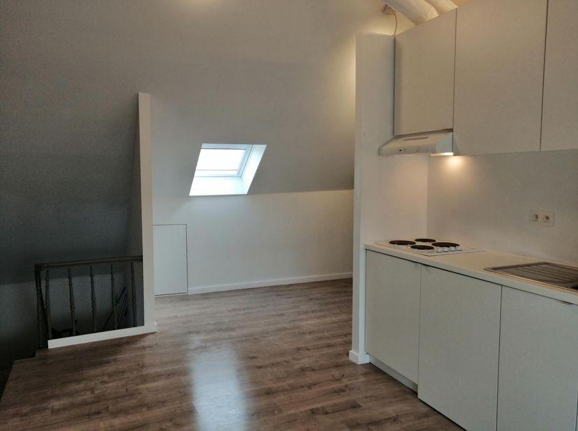 Zeer ruime studio( 1 grote ruimte) op 3de verdiep met nieuwe keuken, nieuwe badkamer, nieuw toilet, nieuwe CV ketel, nieuw dak in 2018 en ook volledig