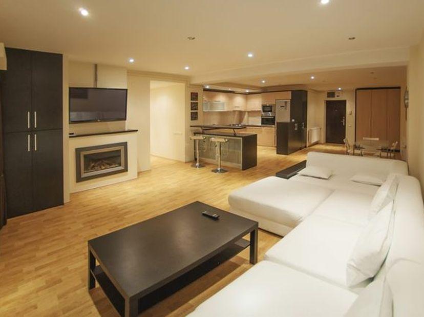 L'appartement se compose comme suit : hall d'entrée, living lumineux, cuisine ouverte neuve, 2 chambres à coucher, 1 magnifique salle de bains.