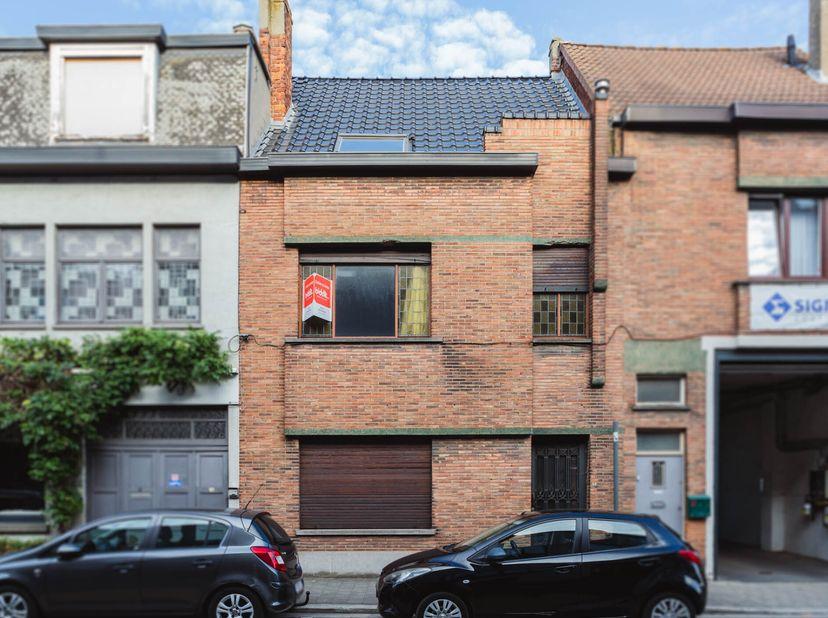 Deze te renoveren woning heeft veel mogelijkheden. De indeling is als volgt: op het gelijkvloers een inkomhal, ruime living, achterkamer, keuken, berg