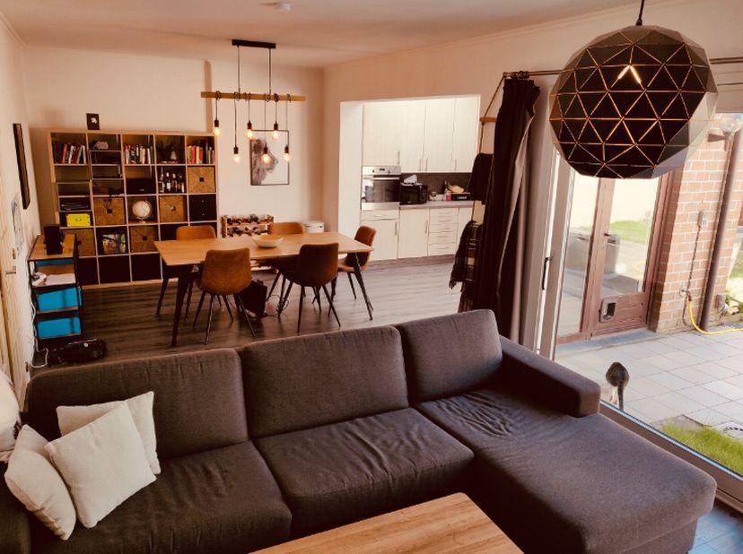 Centraal gelegen 2-slaapkamer appartement met ruime tuin<br /> <br /> De inkomhal verbindt alle ruimtes. Via een dubbele deur komt je de ruime leeftui