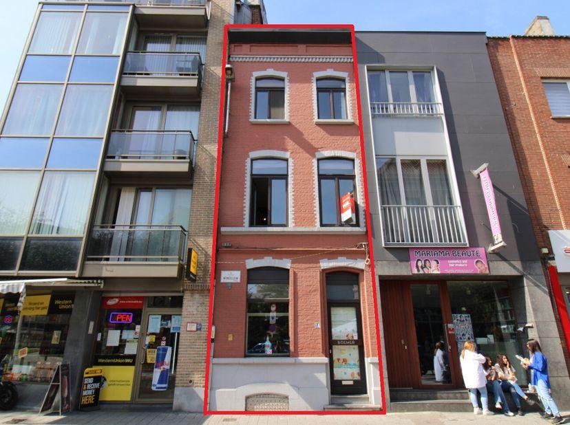 De woning is gelegen in een stadswijk in volle ontwikkeling, dichtbij de Gentse stadskern. Horeca en winkels zijn vlakbij. Openbaar vervoer op 50m.  <