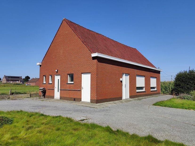 Landelijk gelegen alleenstaand woonhuis met afzonderlijke garage en aanpalend perceel grond. Omschrijving woonhuis: inkom, living, keuken, 2 slaapkame