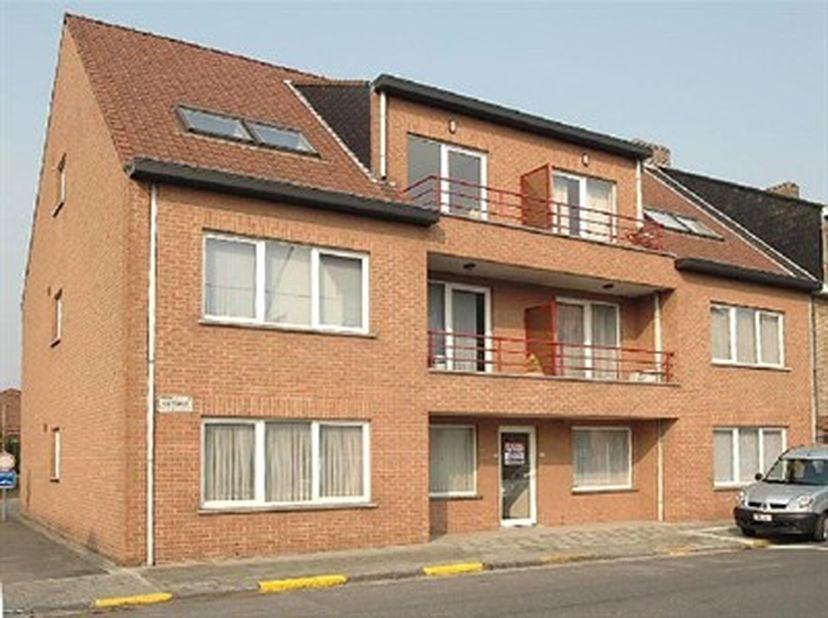 Appartement met 2 slpk en garage op het eerste verdiep met zuidgericht terras. Indeling: inkom, gezellige ruime living met veel lichtinval, open keuke