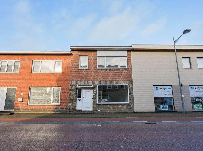 Notaris Geraldine Cops te Maaseik gaat over tot het openbaar te koop stellen van de volgende woning: <br /> Een woning op en met grond en aanhorighed