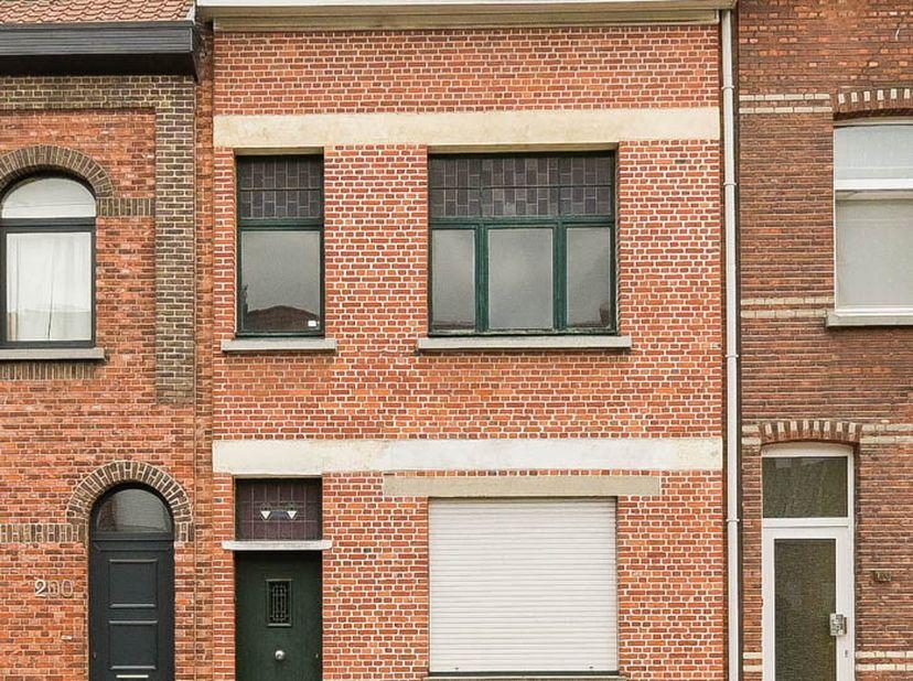 De woning bestaat op de gelijkvloers uit een inkomhal met trap, twee dooreenlopende woonkamers, eetkamer, keuken, sanitair koertje.  <br /> Op de 1e