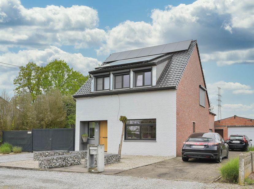 Deze woning is uiterst rustig gelegen en toch in de nabijheid van zowel het centrum van Paal als Beringen. Kortbij oprit autosnelweg en een aantal uit
