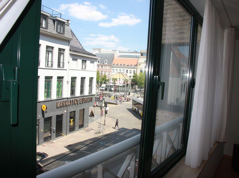 Ruim, licht hoekappartement, unieke locatie: Groenplaats<br /> Het net opgefrist appartement van ca. 120m² is gelegen op de 2de verdieping en bereikba