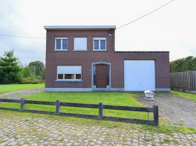 Indeling: onder: kelder; glvl: hal, living met eetkamer, keuken, berging, wc en inpandige garage; 1ste verdiep: 3 slaapkamers en badkamer; buiten: tui