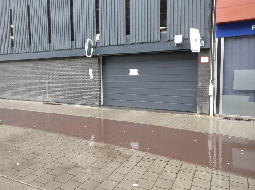 Place de parking au 1er étage, Plantin en Moretuslei 12 Anvers. Près du parc de ville et d'Anvers Central (gare). Deux entrées / ports.<br /> Prix ??d