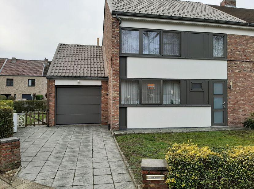 Charmante eengezinswoning op het Lod Lavkiplein, Banneuxwijk te Hasselt. <br /> Indeling gelijkvloers: inkomhal met toilet en trap, keuken, leefruimte