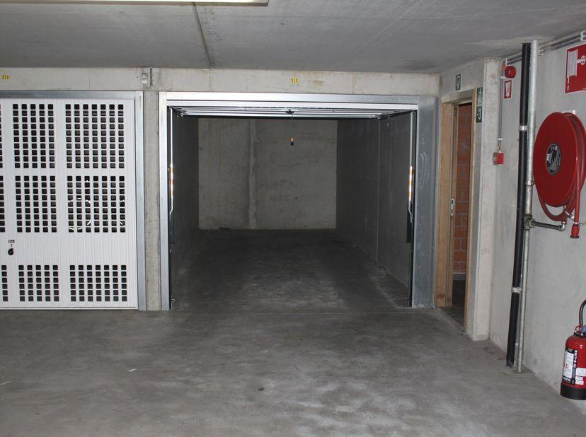 UITSTEKEND GELEGEN GARAGEBOX <br />  <br /> Verkoop volledig onder 21% BTW. <br />  <br /> In een appartementsgebouw genoemd residentie EVITA, gek
