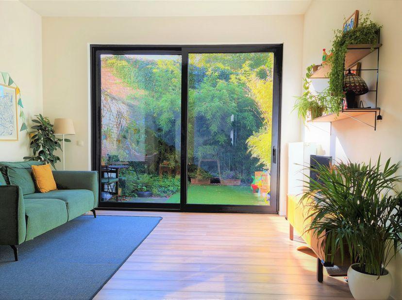 Volledig gerenoveerde, lichtrijke woning met drie slaapkamers, zonnige stadstuin, dakterras, zolder en kelder. Hoog comfort, afgewerkt met duurzame ma