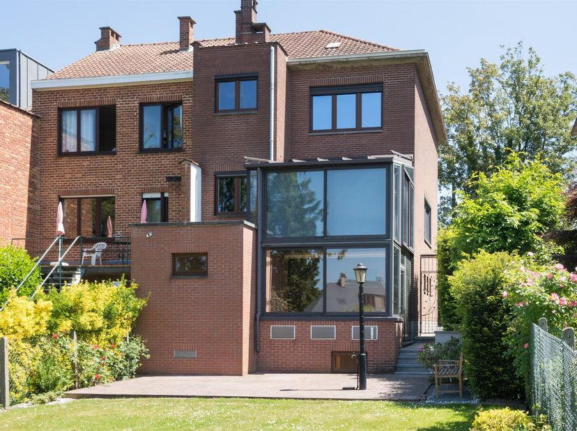 UCCLE, Bourdon - between Moensberg and Calevoet, Nice HOUSE 3 fronts (3bd/1off/1bthr) of 206 sqm with garage West Garden of 220 sqm. It's composed, on