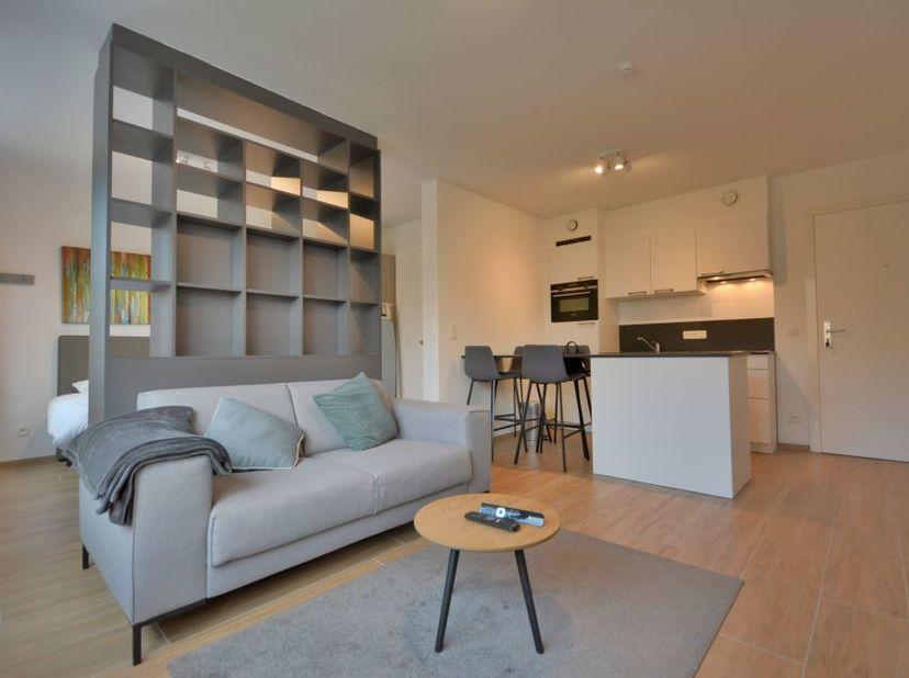 Beau studio meublé de +/- 45m² - Au 2ème étage d'un immeuble de 8 étages - Composé d'un séjour de +/- 3