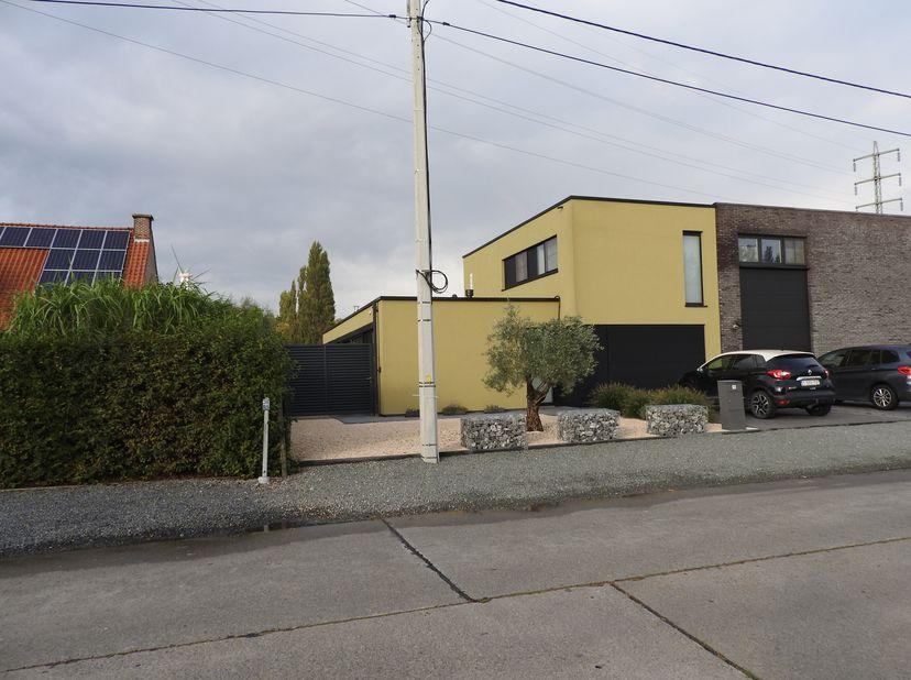 Sint-Gillis-Dendermonde, Volaardestraat 95.<br /> Recente moderne halfopen bebouwing op een terrein van 997m².<br /> Indeling:<br /> Inkomhal. Apart g
