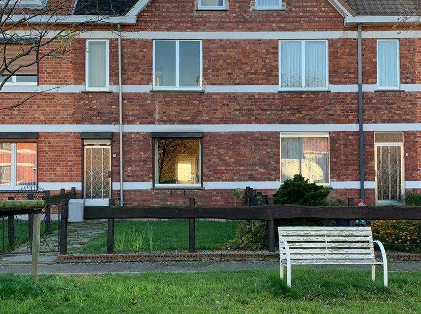 Deze leuk karaktervolle woning op 2a81 is gelegen in de Zuiderwijk van de steenkoolmijnen van Zwartberg.  Het adres is Jules Carlierstraat 17 te Genk.