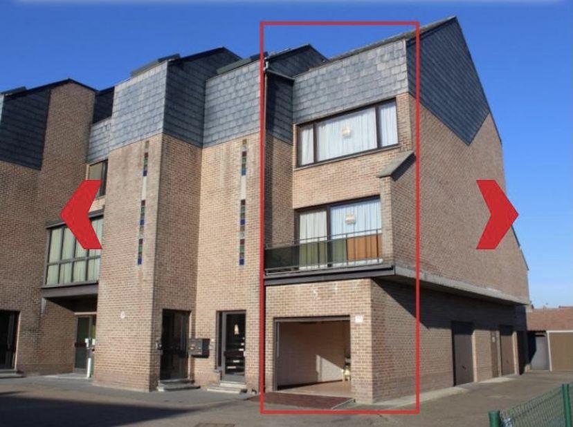 Een ruime en gezellige duplex met garage én autostaanplaats buiten. <br /> Op gelijkvloers: de garage. <br /> Eerste verdieping: inkomhal met berging