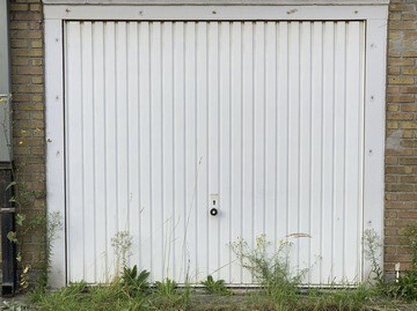 Garage met kantelpoort. Bereikbaar via toegangsweg langs de Gaarlemstraat.<br /> Bezoek:<br /> elke zat. van 11u-12u vanaf 2/10 tem zat. 6/11 zonder v