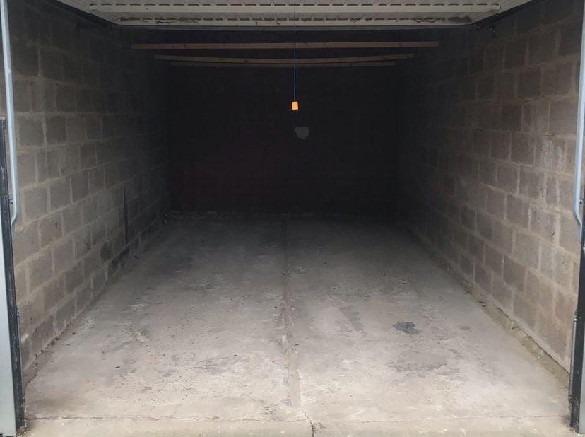 Via de Platte Lostraat bereikt u deze afgesloten garagebox. De garagebox is gelegen achter de grote poort op Nr 208.  <br /> <br /> De Garage box van